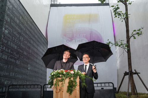 Tilman Thürmer and Zhang Lin unveil the Golden Fire Bridge.